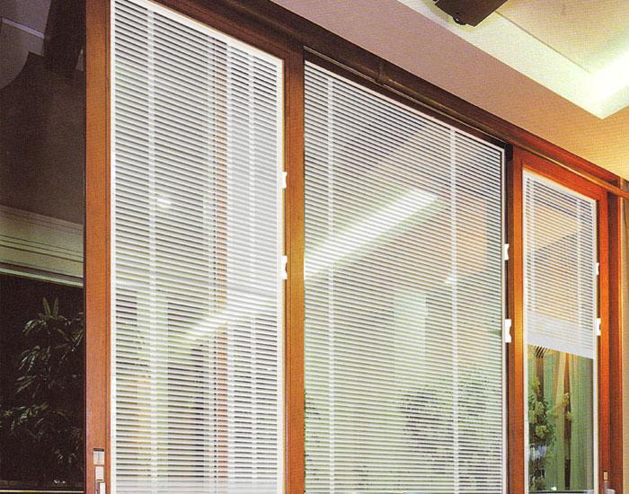 欧泰克木质客厅百叶中空玻璃门窗案例